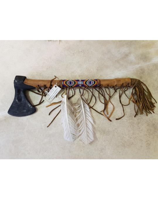 Tomahawk der Indianer mit weissen Federn