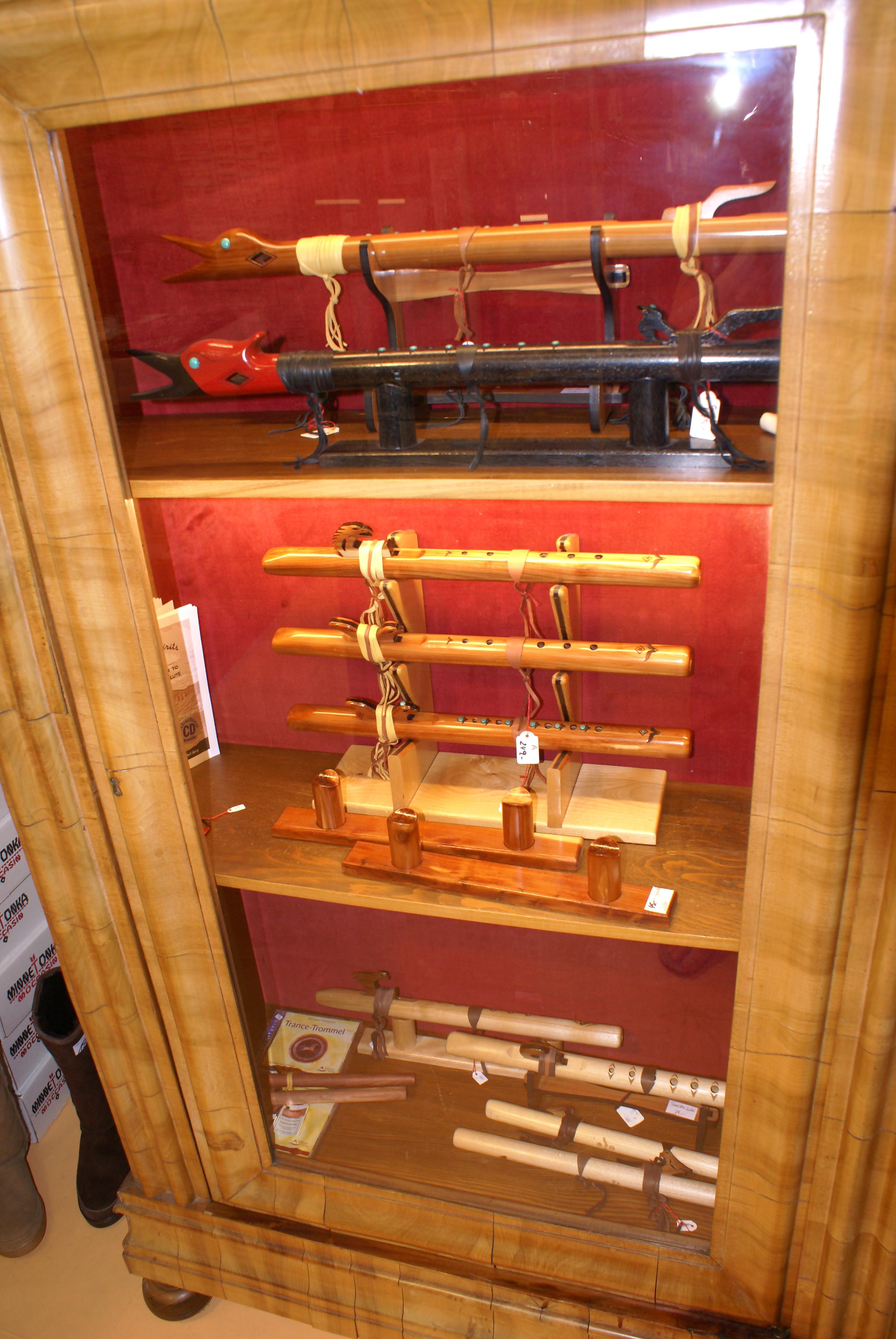 Indianische Flöten, riesige Auswahl, mehrere Schränke voll, in Ruhe ausprobieren